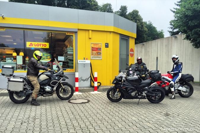 KRCC_Alpenblitz2016_Abfahrt_Tankstelle